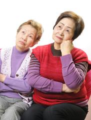 考え込んでいる二人の高齢者女性