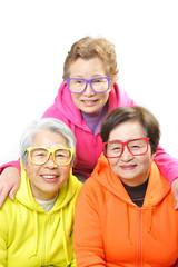 カラフルなメガネをかけた笑顔で陽気な3人組のお婆さん