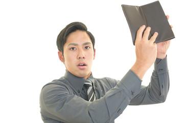 財布を手にする男性
