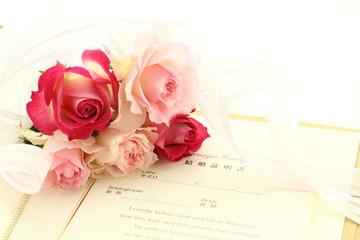 結婚証書とブーケ