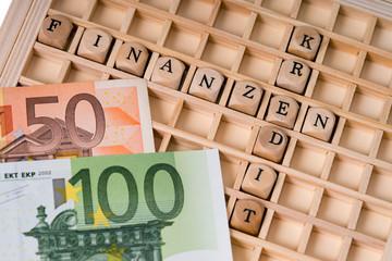 Holzwürfel mit den Worten Finanzen und Kredit