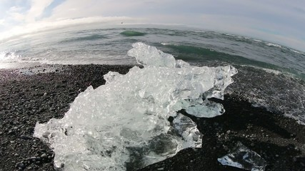 氷河のかけら 黒砂海岸 Icebergs on the lava black beach