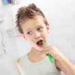 Kind bei der morgendlichen Zahnpflege