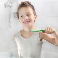 Junge beim Zähneputzen