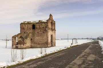 Rovine chiesa innevata