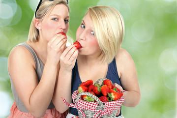 zusammen Erdbeeren essen