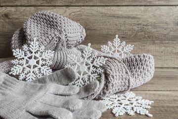 Zima, czapka z szalikiem i rękawiczki na drewnianej teksturze