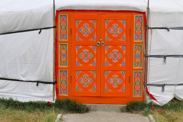 Porte décorée et yourte mongole