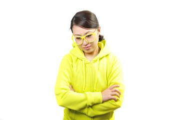 黄色い服を着て悩んでいる女性
