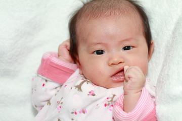 指をしゃぶる赤ちゃん(0歳児)