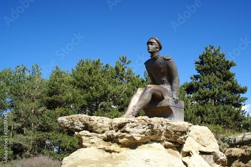 Papiers peints Statue monument Lermontov on the mountain Red sun