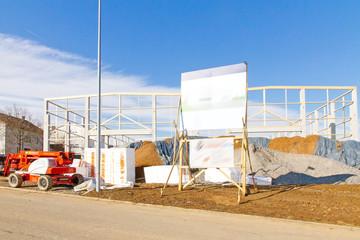 Bau einer neuen Lagerhalle - im Vordergrund Dämmplatten
