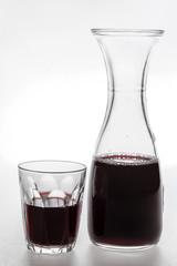 Caraffa e bicchiere di vino rosso