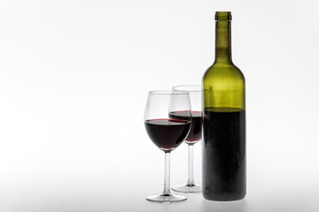 Bottiglia e bicchieri di vino rosso