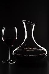 Silhouette di caraffa e bicchiere di vino rosso
