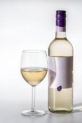 Bottiglia e bicchiere di vino bianco