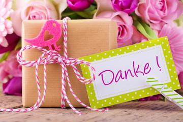 Danke - Geschenk und Blumen