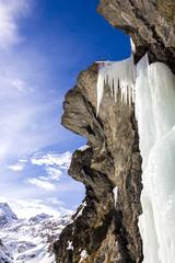 Cascata ghiacciata su roccia