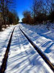 Schienen bahnen sich Weg durch Schnee