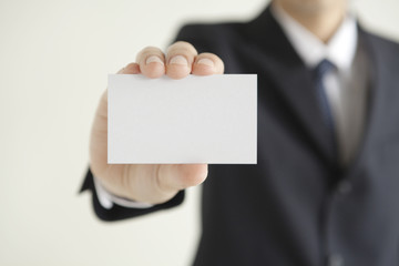 カードを持つビジネスマンの手
