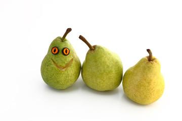 lustige Birne mit Gesicht u. 2 Birnen