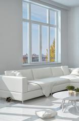 Elegantes weißes Sofe neben großem Fenster