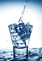 splash in bicchiere blu
