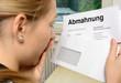 Leinwanddruck Bild - Frau im Schock wegen Abmahnung