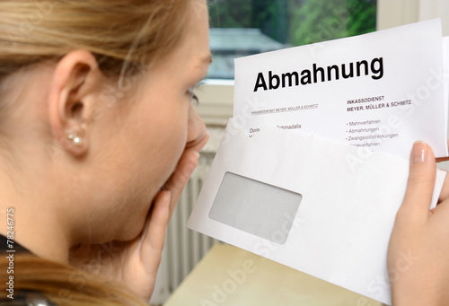 Leinwanddruck Bild Frau im Schock wegen Abmahnung