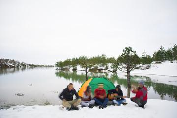 kamp gezisi eğlence ve müzik keyfi