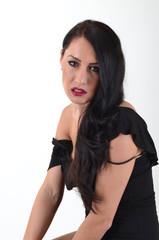 wunderschönes Model mit langen schwarzen Haaren