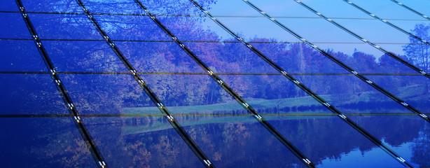 Solarzellen mit Wald und See