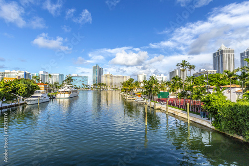Foto op Aluminium Stad aan het water luxury houses at the canal in Miami Beach with boats