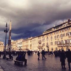 plaza Navona con nubes de tormenta