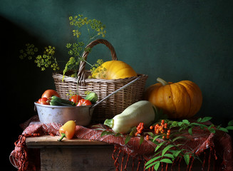 тыквы, кабачки, помидоры на зеленом фоне