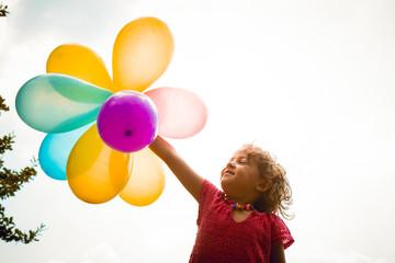 palloncini colorati nella mano della bimba