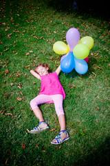 bambina felice con i palloncini