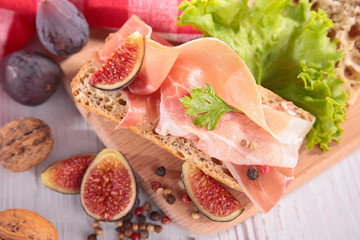 bread with ham and fig