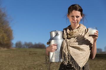 brünette Frau mit Milchkanne und Glas