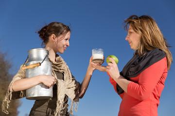 Zwei Frauen mit gesunden Lebensmitteln