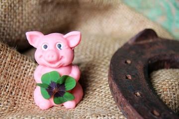 glücksschwein und hufeisen