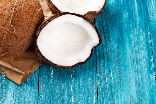 mata magnetyczna Cracked coconut on wooden table