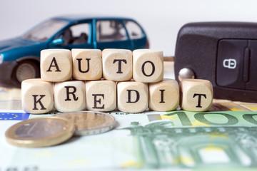 Geld und Holzwürfel mit den Worten Auto Kredit