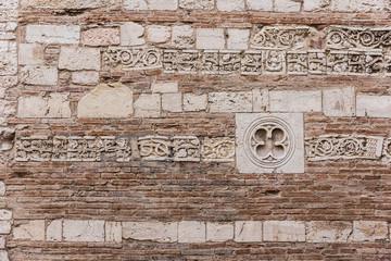 Muro di architettura antica decorato