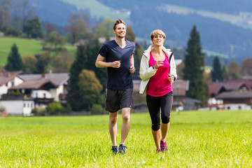 Paar macht Sport bei Jogging in den Bergen