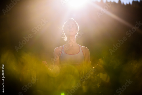 canvas print picture Frau bei Yoga im Sonnenuntergang