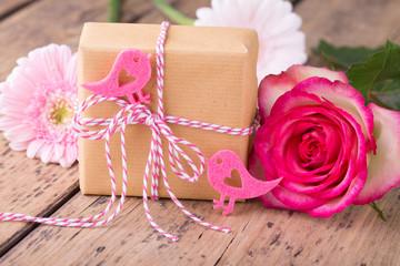 Liebevoll verpacktes Geschenk mit Blumen