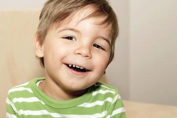 fröhlich lachender Junge