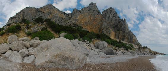 Панорама скалистого побережья
