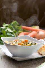 Minestrone  di verdure servito nella scodella